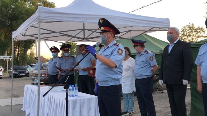 Полицейских Алматы поблагодарили за службу на блокпостах во время ЧП