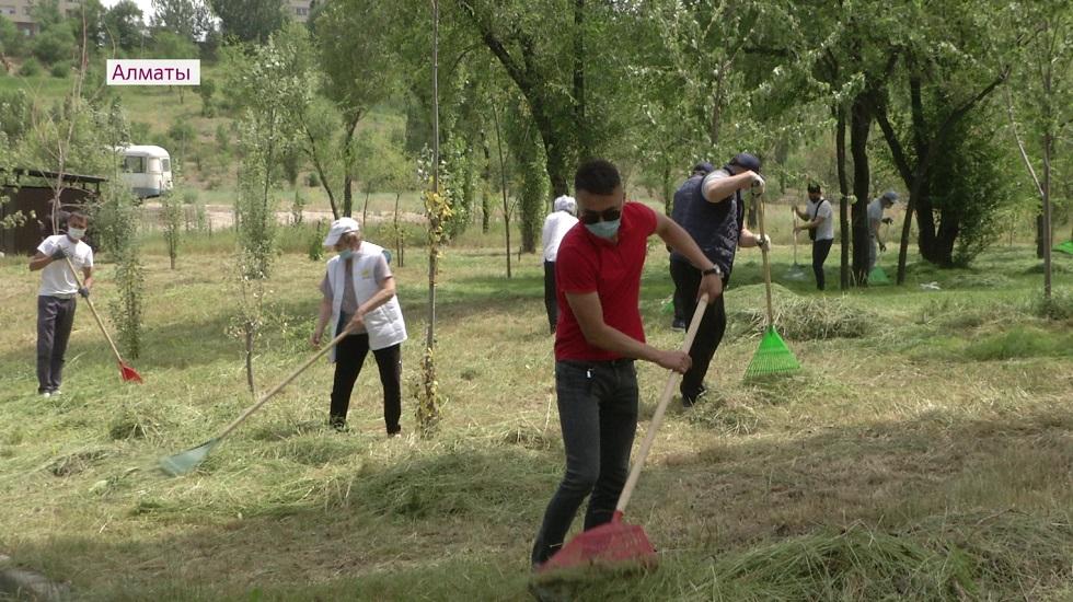 Территорию вокруг озера Сайран очистили в рамках субботника