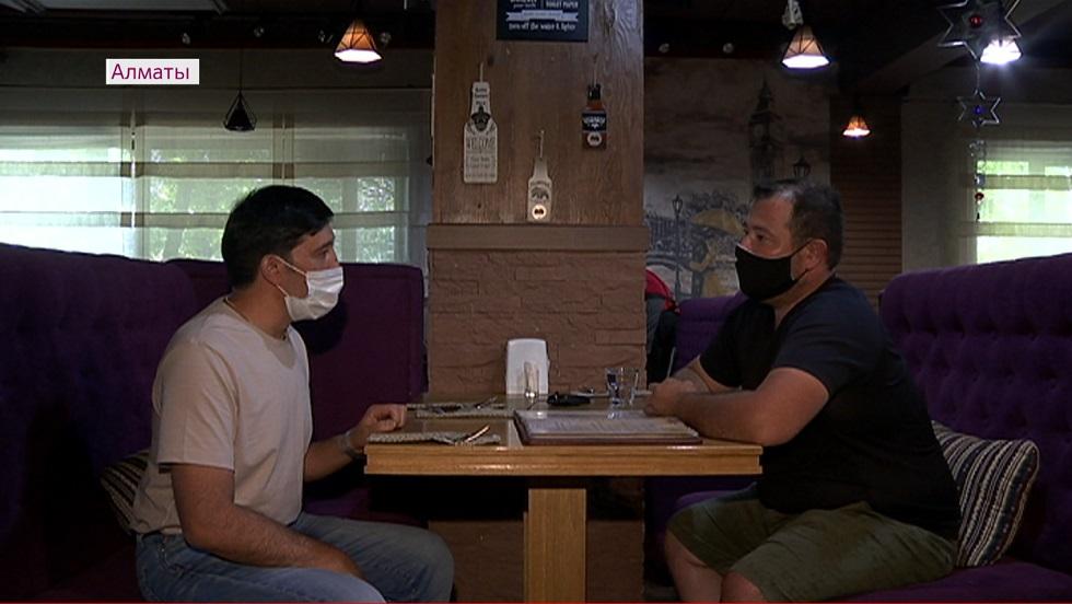 Не больше четырех человек за столиком – рестораторам Алматы напоминают о саннормах