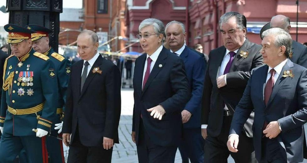 Касым-Жомарт Токаев поприветствовал военнослужащих Казахстана на параде Победы в Москве