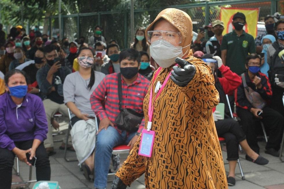 Мэр индонезийского города встала на колени перед врачами