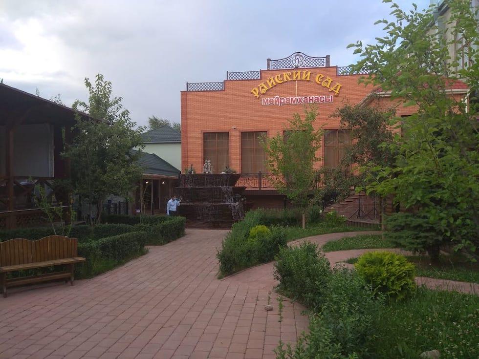 """Проводы невесты в """"Райском саду"""": очередной той во время карантина прекращен в Алматы"""