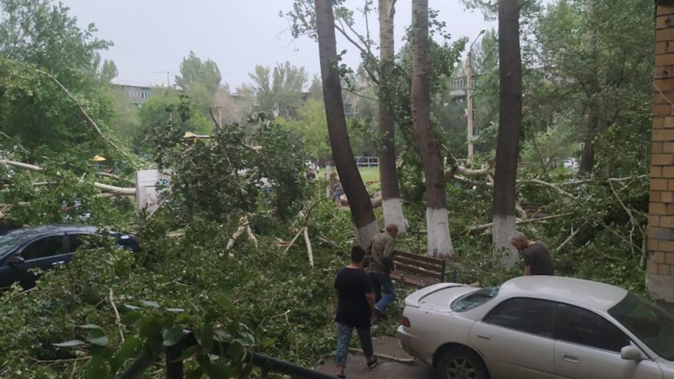 Мощный ураган с ливнем обрушился на Карагандинскую область