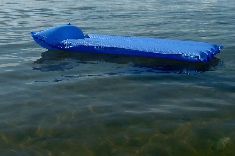 Лежала на надувном матрасе: жительницу Зеренды унесло ветром до середины озера