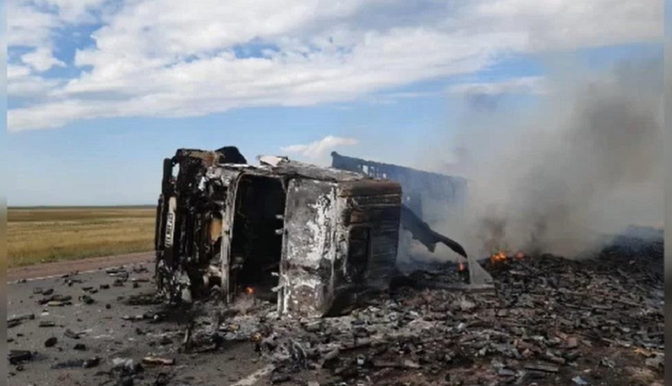 Турецкая фура сгорела дотла на трассе в Акмолинской области