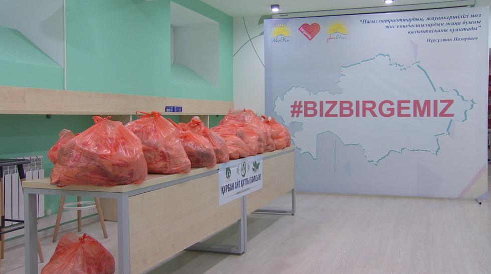 Алматинец раздал жертвенное мясо на миллион тенге нуждающимся в честь праздника Курбан айт
