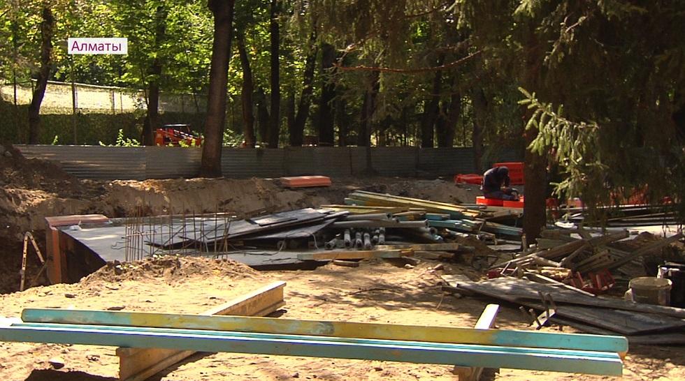 Около 70 деревьев повреждены из-за стройки в парке 28 гвардейцев-панфиловцев в Алматы
