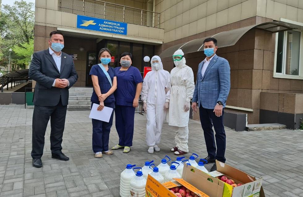 Активист партии Nur Otan вручил медработникам 100 литров шубата и более 150 кг яблок