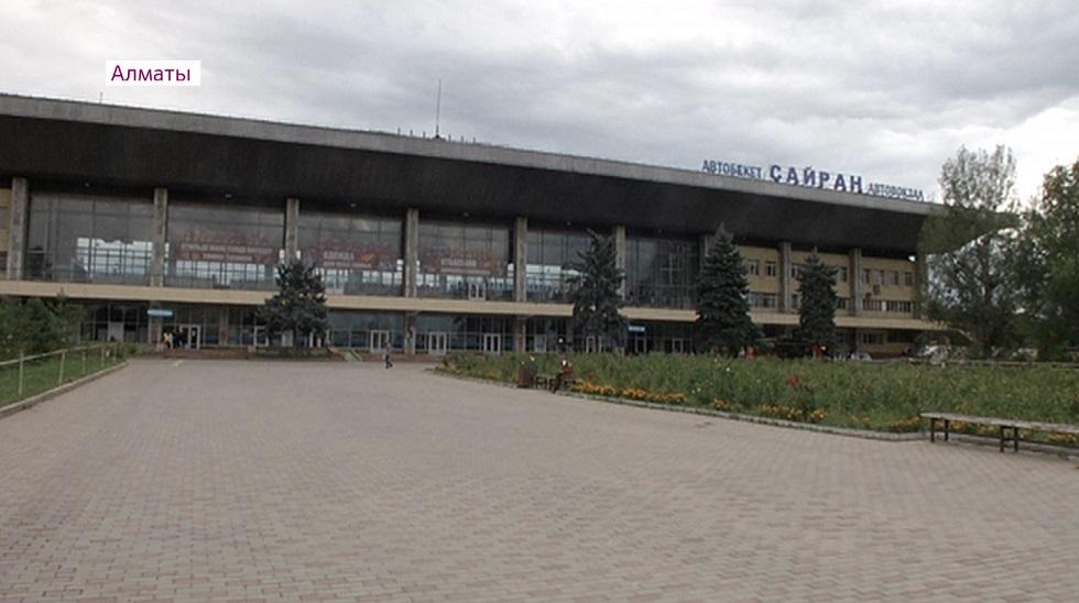 """Жители Ауэзовского района пожаловались на стихийную свалку вокруг автовокзала """"Сайран"""""""