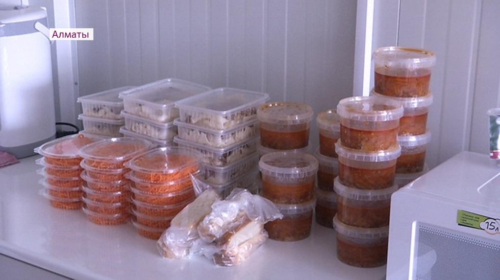 """Врачам """"ковидных"""" стационаров Алматы доставляют блюда из дорогих заведений: так ли это - ответили в УОЗ"""
