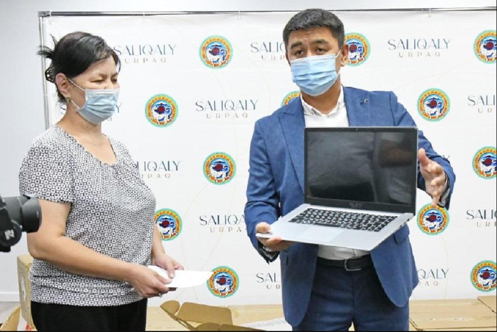 Алматинским школьникам из нуждающихся семей подарили 500 ноутбуков