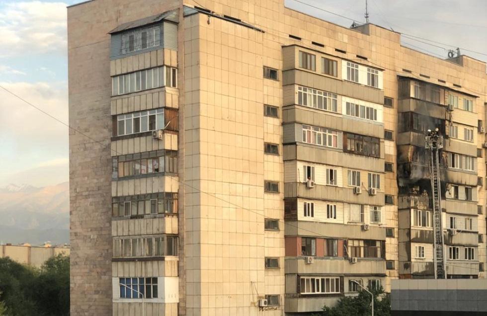 В Алматы горел восьмиэтажный дом