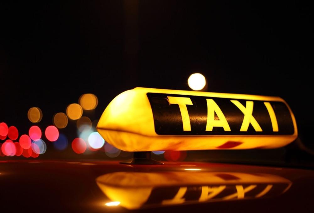 Таксист подарил телефон пассажира своей родственнице и теперь предстанет перед судом