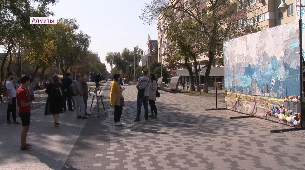 Полиэтиленовое искусство: в Алматы появилась инсталляция, посвященная Дню города