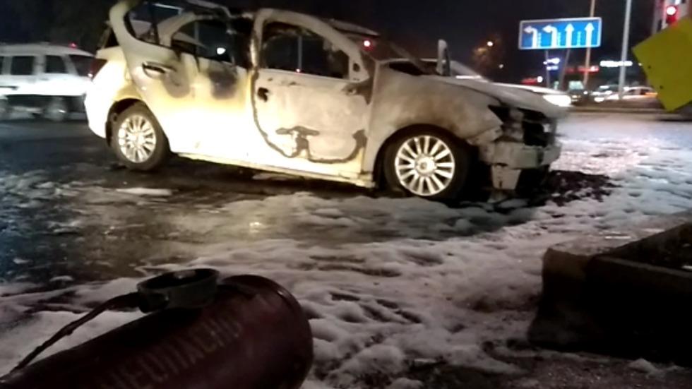 В Алматы горел автомобиль с газовым баллоном: взрыв удалось предотвратить