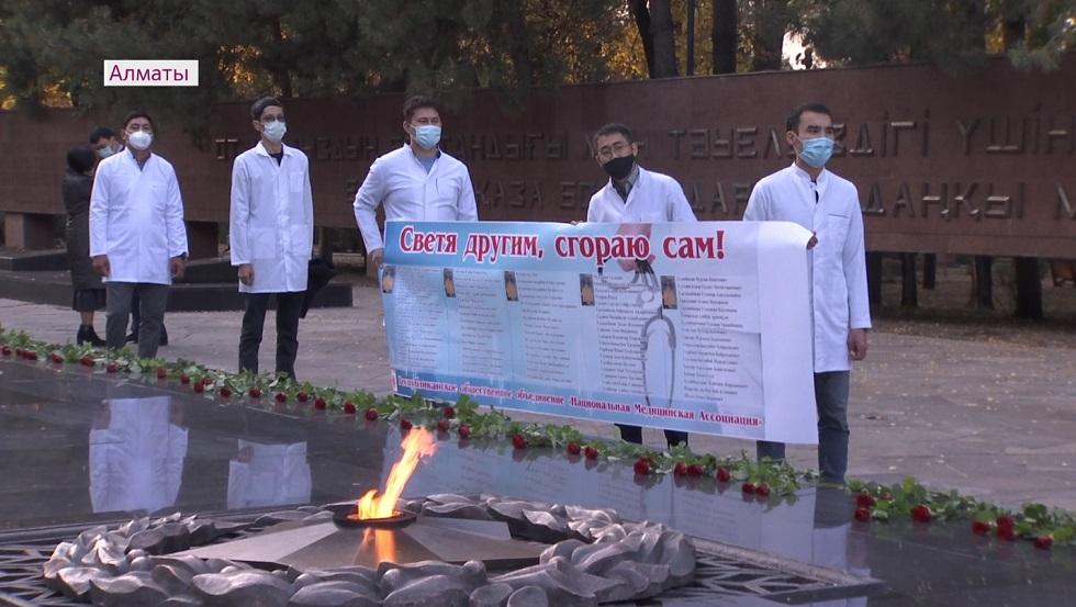 Медиков, погибших во время пандемии, посмертно наградили в Алматы