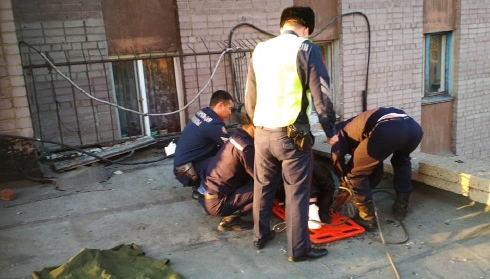 Нетрезвый гость упал с 7 этажа в Семее и выжил