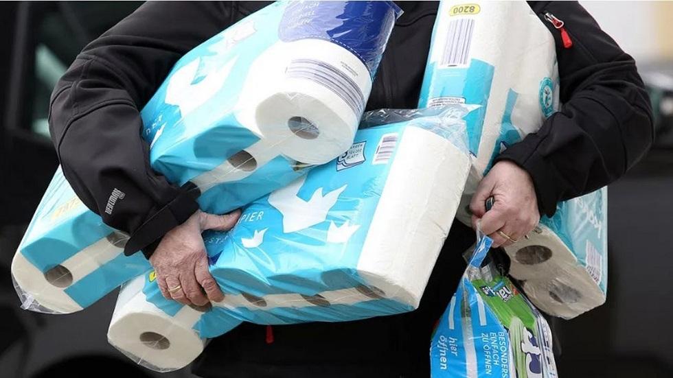 В Европе массово скупают туалетную бумагу и дрожжи