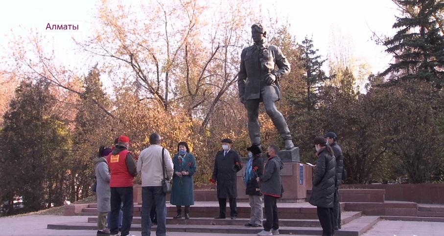 Коммунистер Алматыдағы Ғани Мұратбаев ескерткішіне гүл шоқтарын қойып, қайраткерге тағзым етті