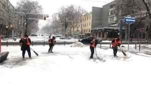 Свыше 1500 рабочих убирают снег в Алматы