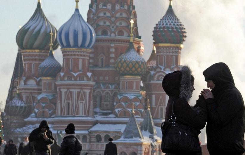 Жители России стали меньше целоваться при встрече из-за коронавируса - опрос