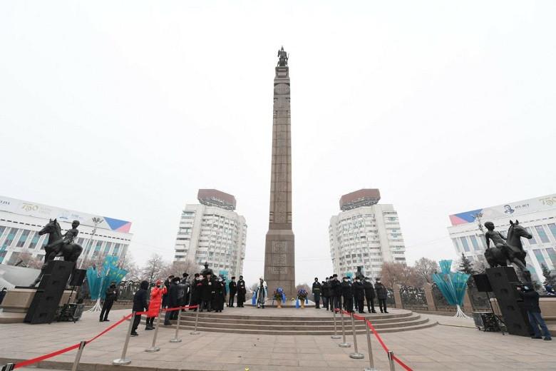Аким Алматы Б. Сагинтаев возложил цветы к монументу «Тәуелсіздік»
