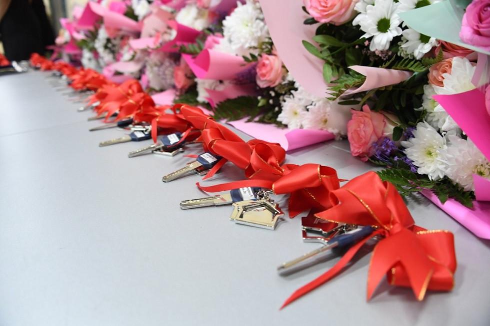 Аким Алматы Б. Сагинтаев вручил ключи от новых квартир многодетным и малообеспеченным горожанам