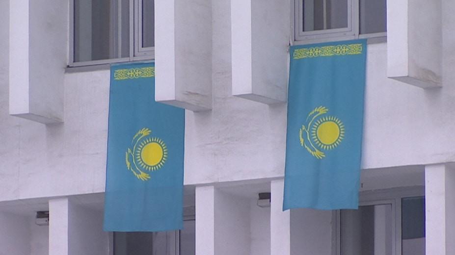 Алматылықтар көк байрақты балконына іліп, Тәуелсіздік күні мерекесін тойлауда