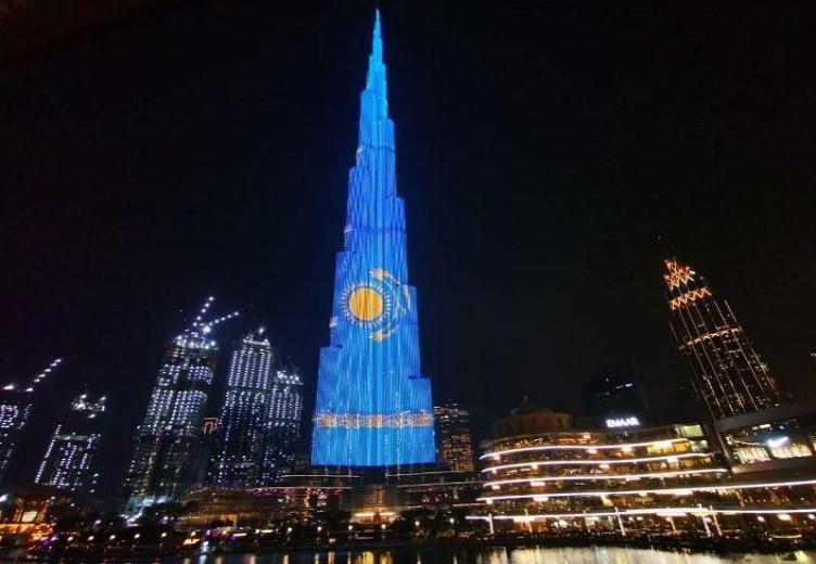 Флаг Казахстана украсил небоскреб Бурдж-Халифа в Дубае