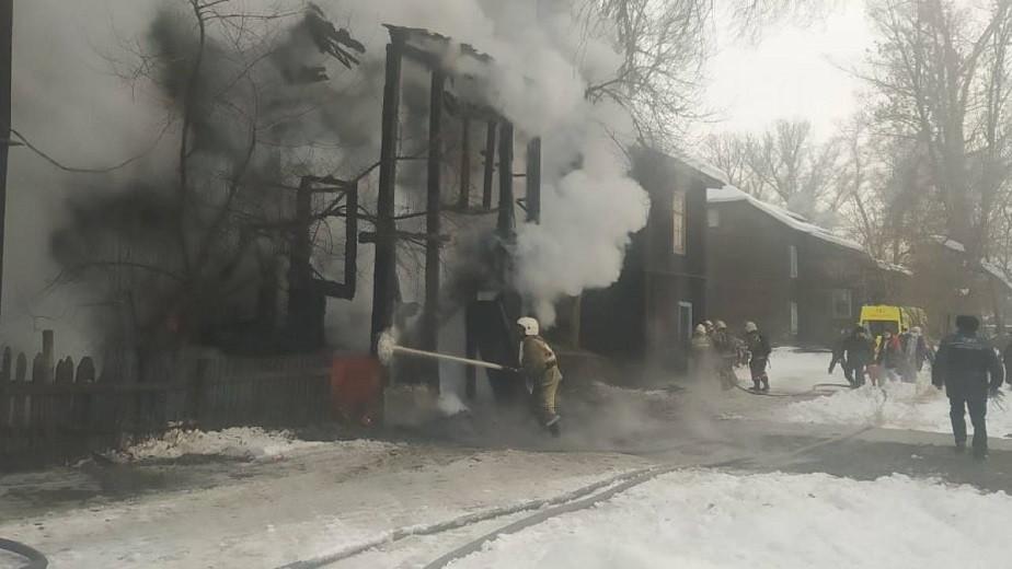 Двухэтажный дом загорелся в ВКО: есть жертвы