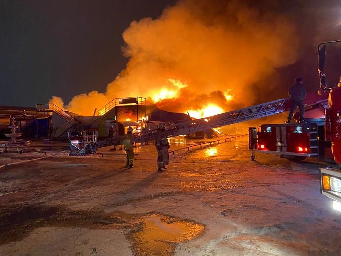 Крупный пожар вспыхнул на рынке в Атырау