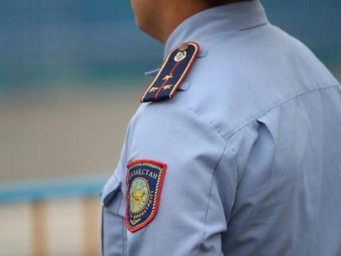 Шымкентского полицейского уволили за селфи с подозреваемым
