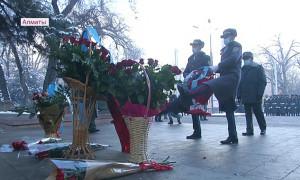 Торжественное возложение цветов к памятнику Бауыржана Момышулы состоялось в Алматы