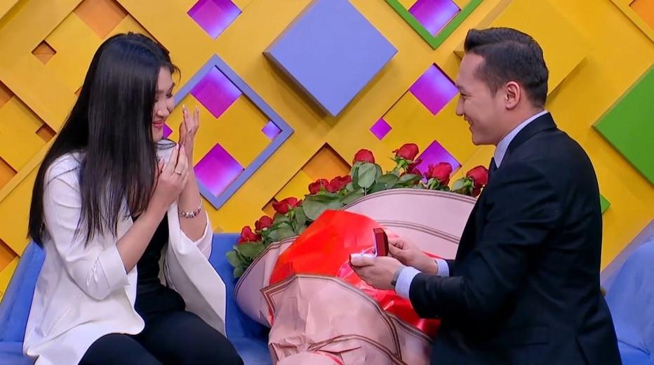 Новогоднее чудо: сотрудник телеканала «Алматы» в прямом эфире Almaty.tv сделал предложение руки и сердца
