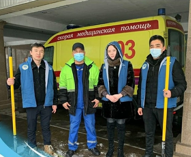Уборка снега лучше бега: алматинская молодежь активно поддержала коммунальные службы