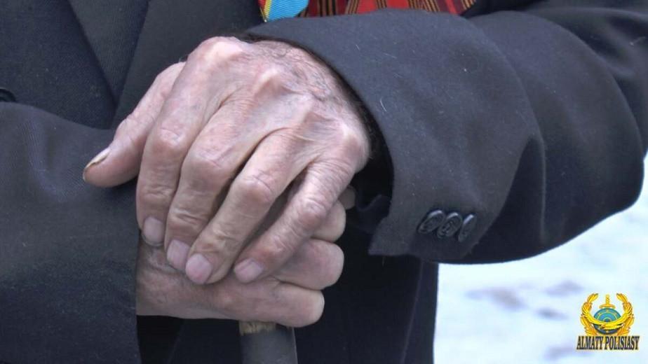 Полицейские Алматы помогли с углем и продуктами ветерану ВОВ