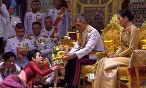 Король Таиланда сделал подарок своей любовнице, объявив ее второй женой