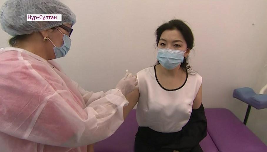 Вице-министры здравоохранения получили вторую дозу вакцины от COVID-19