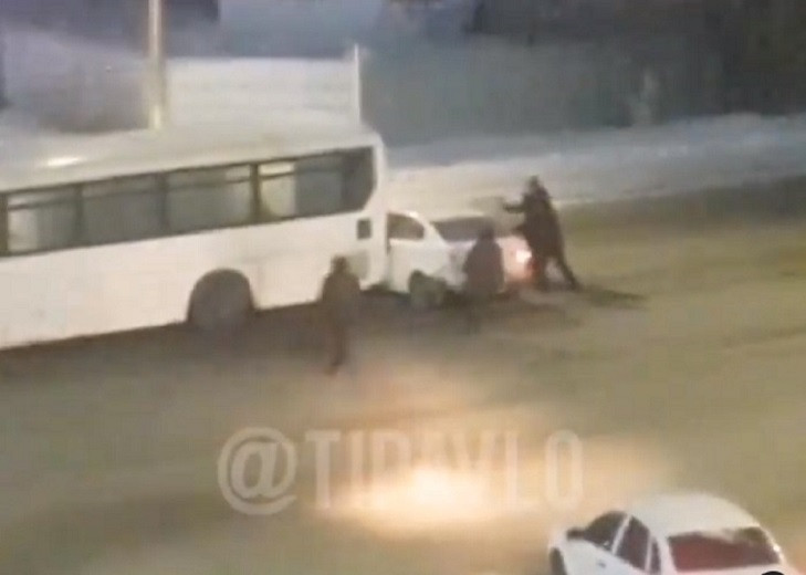 Автобус протаранил легковую машину в Павлодарской области