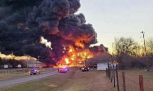 Взрыв прогремел при столкновении поезда с грузовиком в Техасе
