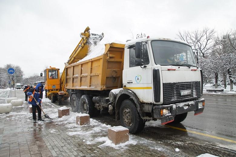 Уборка снега в Алматы - фоторепортаж