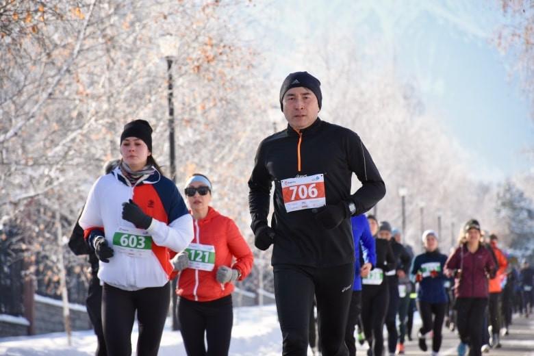 В Алматы проходит массовый зимний забег