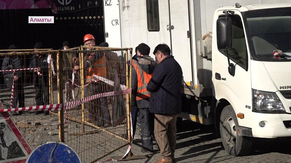 Многотонный грузовик провалился под землю: специалисты оперативно устраняют повреждения