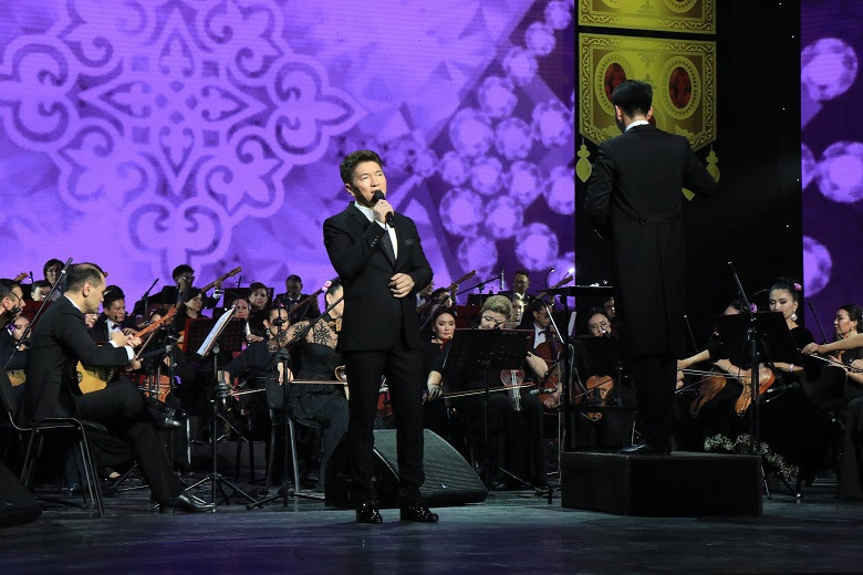Кюи о любви, классические песни и мировые хиты: оркестр имени Курмангазы поздравил женщин с 8 марта