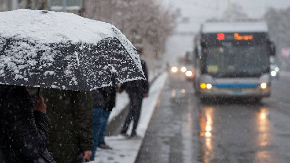 Снег, мороз и оттепель: коммунальные службы Алматы днем и ночью очищают улицы