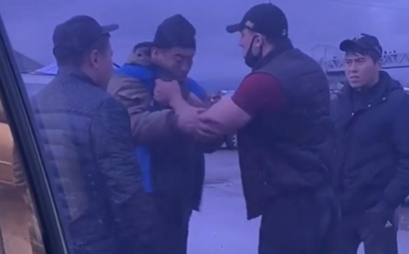 Кровавая бойня из-за 100 тенге: драка между водителем и парковщиками попала на видео