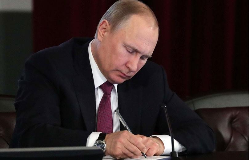Снова в президенты: Путин подписал закон, дающий ему право избираться на пост главы государства еще на 2 срока