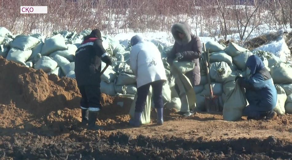 Поселок в Северном Казахстане спасают от подтопления