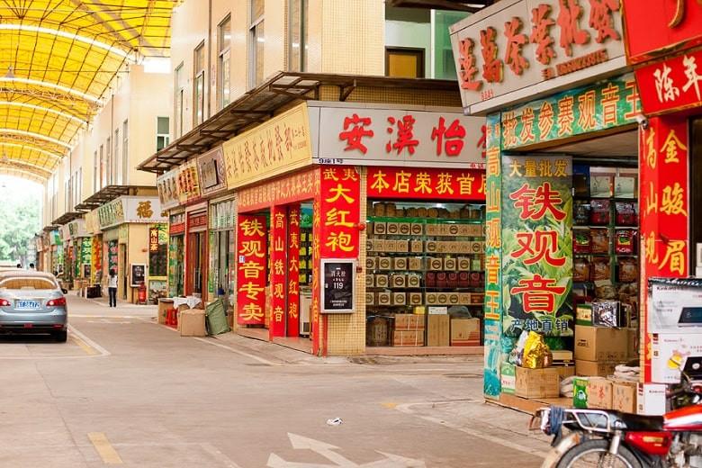 Раскрасили в три цвета: в Китае маркируют магазины по количеству вакцинированного персонала от COVID-19
