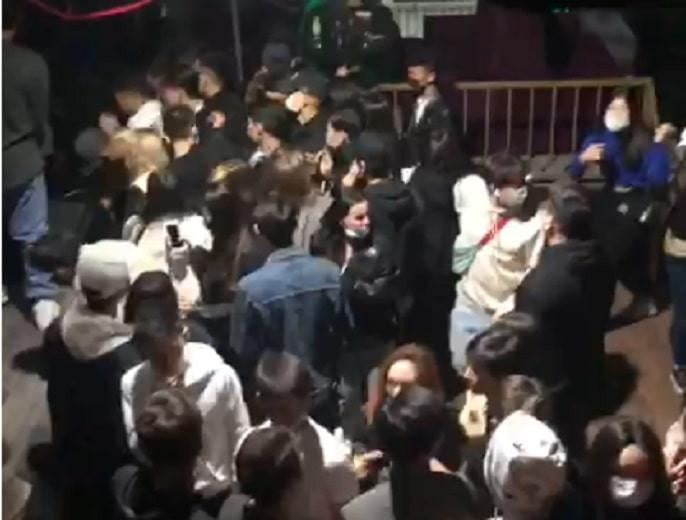 Более 100 человек задержаны в ночном клубе за нарушение санитарно-карантинных мер (видео)